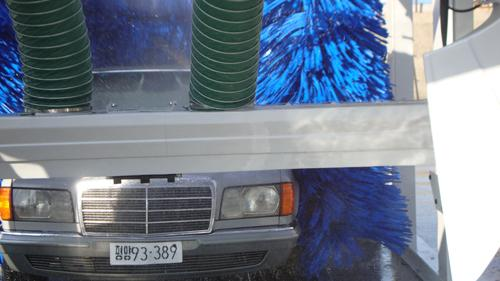 Automatic tunnel car wash equipment with spinning car wash brush